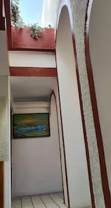 El pasillo es amplio para pasar cómodamente The hallway is wide to pass comfortably