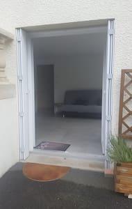 Double porte d'accès au logement, sans marche, une barre de seuil seulement, largeur du passage :