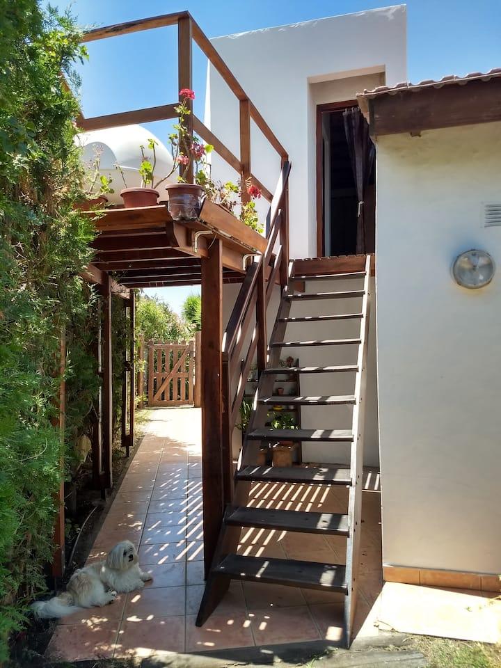 Habitación con baño, garage y entrada privada