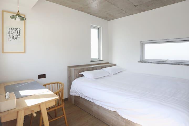 二楼卧室 | 1.8米宽双人床与配套桌椅,享有独立洗手间