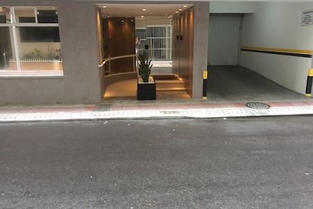 Nesta foto podemos ver a calçada da rua que está quase a altura da entrada do edifício.