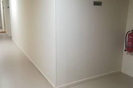 Couloir de 15m de long entre l'ascenseur et la porte d'entrée du studio