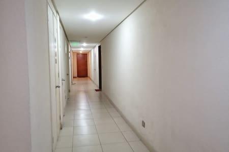 Acceso edificio primer piso hacia ascensor torre b