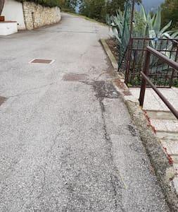 Ampio parcheggio di fronte all'ingresso del giardino. - Wide parking just in front of the garden entrance.