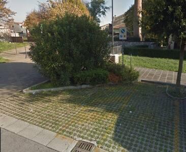 Parcheggio disabili vicino al vialetto di accesso al residence