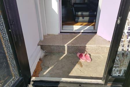 현관입니다 거실. 로들어가는입구에   작은턱이있습니다  우리집에서가장높은턱입니다