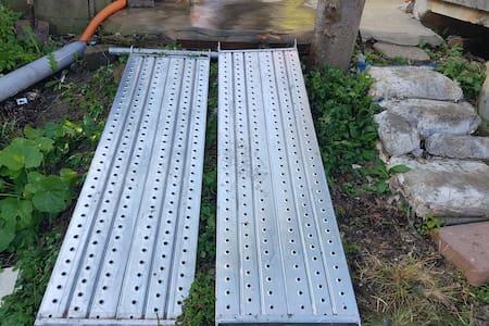 주차장에서 작은세상뜰로올라가는경사로입니다 휠체어는 다른사람이밀어줘야됩니다 도움을미리요청하면도와드릴수있습니다