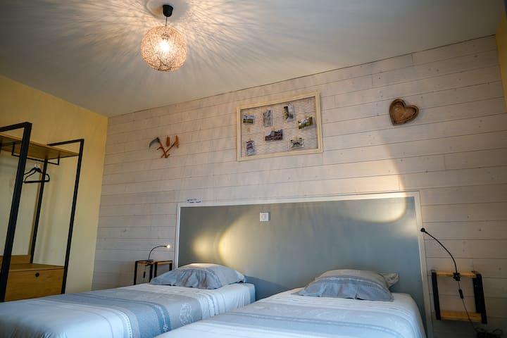Chambre Rustique avec salle de bain et wc privatif. Lit king size ou 2 lits simples selon demande.