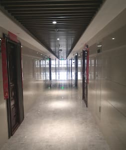 大厦为东西向,主通道没有拐角,所有房间在左右两边