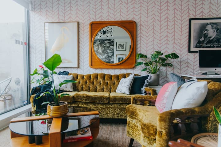 Retro, Plant-filled Loft in King West-- Bright !