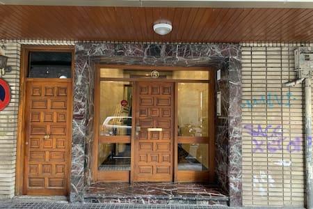 Portal de entrada con iluminacion