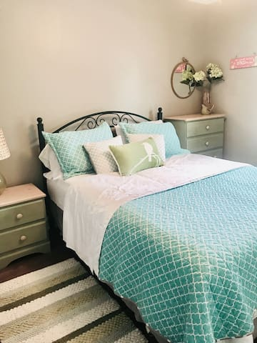 Middle bedroom with Queen bed