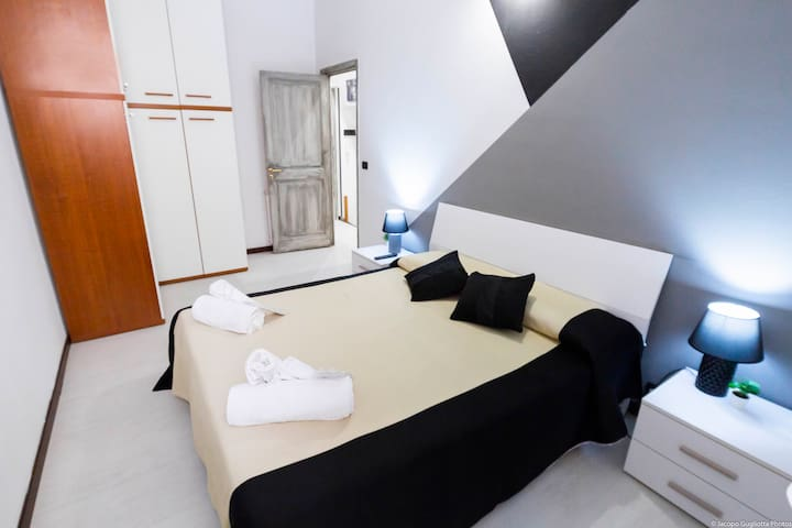 CAMERA DA LETTO CON LETTO KING SIZE BEDROOM WITH KING SIZE BED