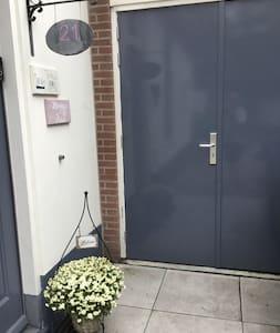 Via deze deur kom je in onze schuur. Aan het eind van de schuur is de deur naar de tuin. Achterin de tuin (ong 30 meter) staat Bed & Bubbels. Alles is gelijkvloers.