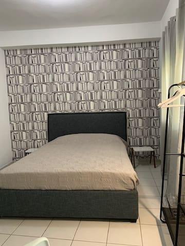 πλήρως ανακαινισμένο δωμάτιο με καινούρια έπιπλα ,συγχρονο μοντερνο κρεβάτι με ανατομικό άνετο στρώμα και μαλακά μαξιλάρια . Η ταπετσαρία δίνει το στυλ που εκπροσωπεί την νέα φιλοσοφία του rbnb