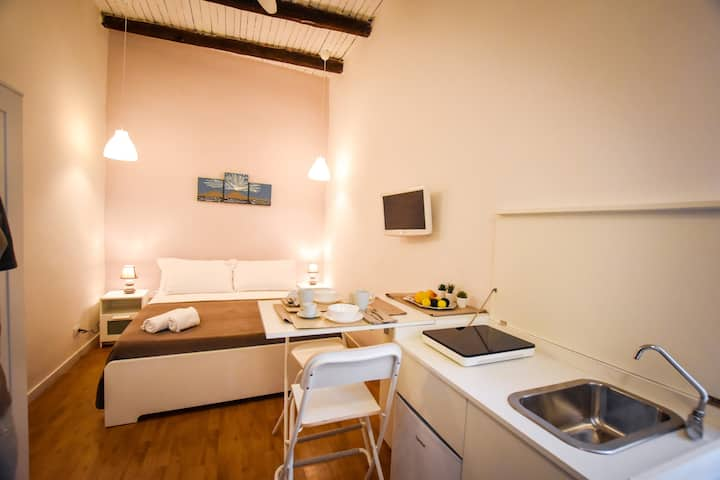 CENTRAL STUDIO FLAT IN THE HISTORICAL AREA!
