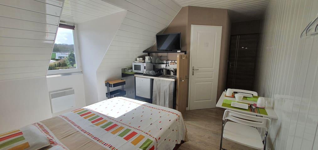 La chambre avec kitchenette et espace repas