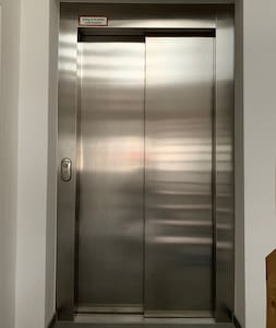 Das ist der Zugang zum Fahrstuhl, er führt in den ersten Stock.