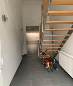 Der Weg von der Haustür zum Fahrstuhl