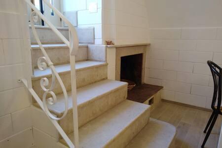 Sei comodi Scalini per accedere alla nostra Casetta; l'ingresso è illuminato da ben 4 punti luci.