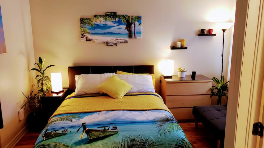 Kokomo Inn B&B-ARUBA Queen suite Staycation in Tropical Romantic Adults-Only Riverfront Kokomo Inn-Bed and Breakfast - with walking view of Rideau Falls and 24 Sussex  CITQ #175420
