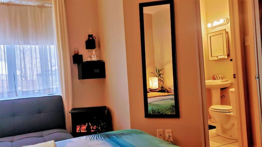 ch. Aruba Suite Dec 2020 with fireplace and 3 piece ensuite bathroom including shower. Sunshine Tropics by the River shore.  Kokomo Inn Ottawa-Gatineau aux Berges des Outaouais