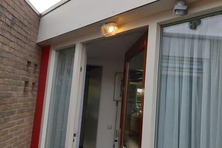 De lamp bij de voordeur werkt op een bewegingssensor.