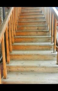 Лестницы по которым гость должен подняться и войти в дом.