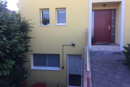 Rrugicë e mirëndriçuar për te hyrja