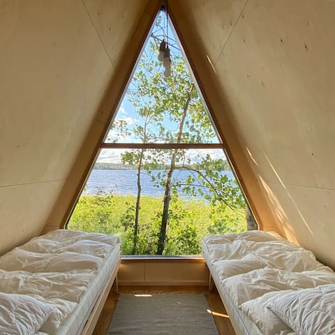 Vierasmaja jossa kaksi yhden hengen vuodetta. / Guest cabin with two single beds.