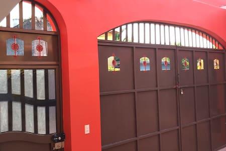 Entrada puerta exterior segura y uso de portón exterior muy amplio