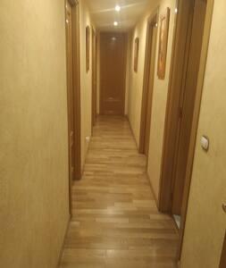 fotos del pasillo que divide  las habitaciones y cuarto de baño