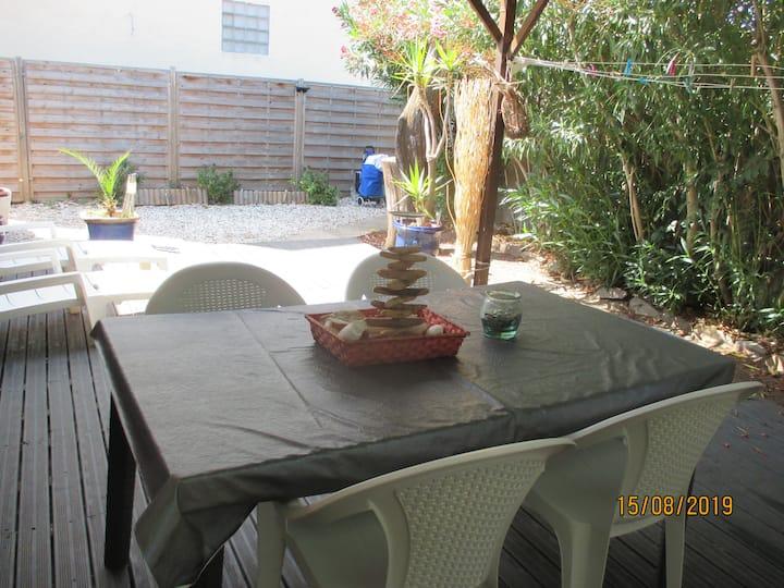 maison au calme avec une terrasse et jardin