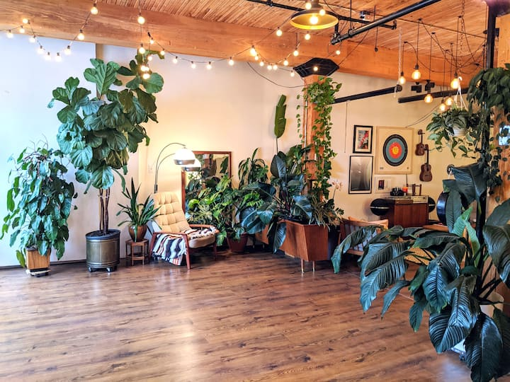 Midcentury Loft - Gorgeous Indoor Jungle Retreat