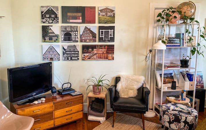 Cozy Getaway - Artist's Perch/Heart of the Valley