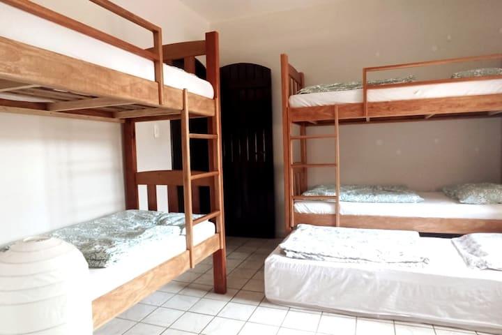 Quarto 3:  Quarto com 2 beliches + 1 cama auxiliar com banheiro semi-privado