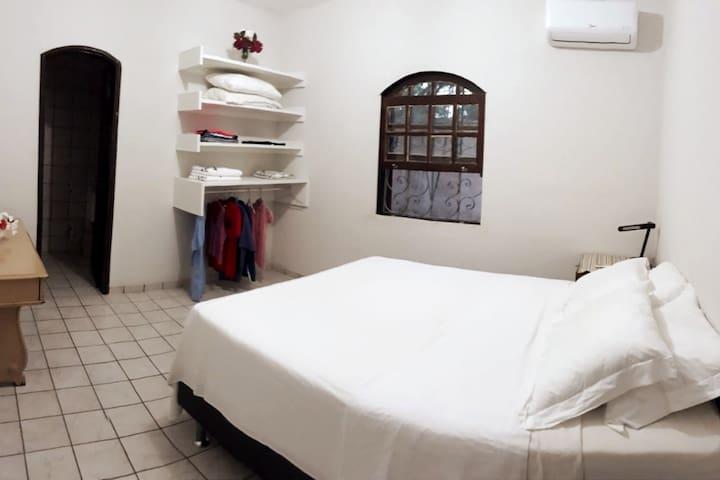 Quarto 2: Suite com ar condicionado