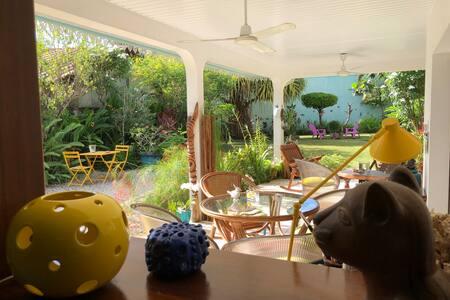 Chambre dans villa de ville avec jardin paysagé