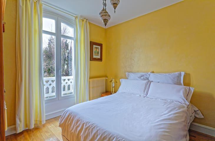 Chambre n°7, 2ème ét.,  lit 140 cm -  Bedroom n°7, 3rd floor, Double bed
