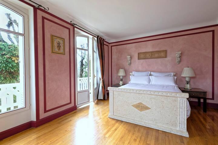 Chambre n° 1 - 1er étage - Lit 160 cm Bedroom n°1 , 2nd floor, King Size Bed