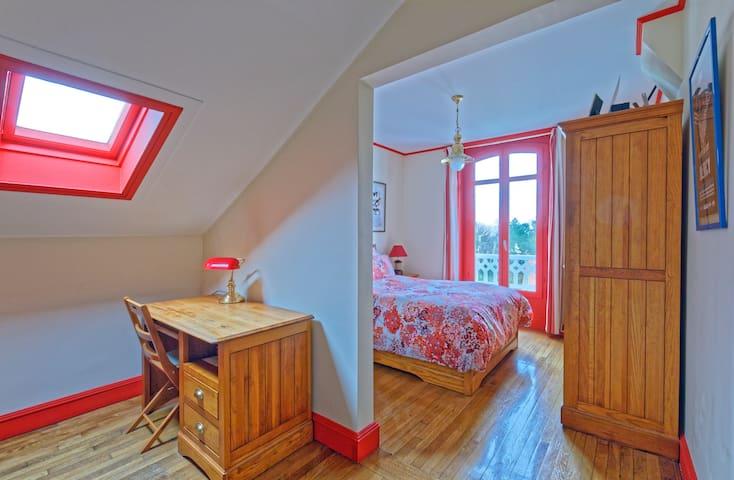 Chambre n°4, 2ème ét.,  lit 140 cm -  Bedroom n°4, 3rd floor, Double bed