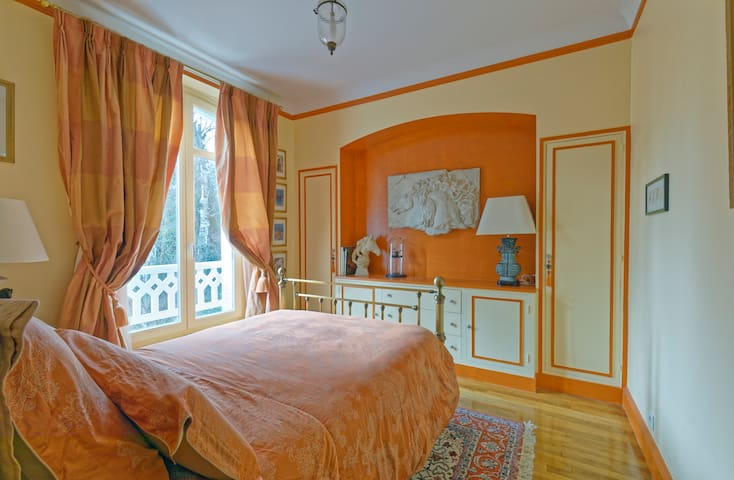 Chambre n°3, 1er étage, lit 140 cm - Bedroom n°3, 2nd floor, Double bed