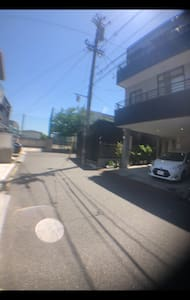 玄関の駐車場の前の道路
