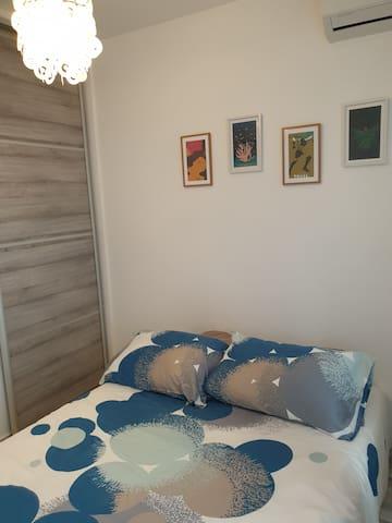 Chambre avec lit 2 places : 140x190 Climatisation, placard avec cintres, étagères. Store dérouleur occultant pour la nuit