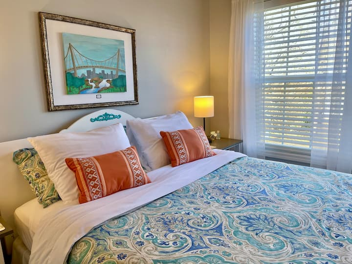 Good Morning Room!   -  Queen Bed / Guest Lounge!