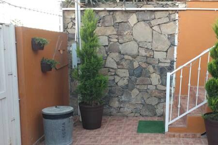 Adentro del patio, esta la escalera que da acceso al departamento
