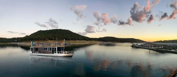 Houseboat-Yacht Nestled In A Lake Travis Cove B&B