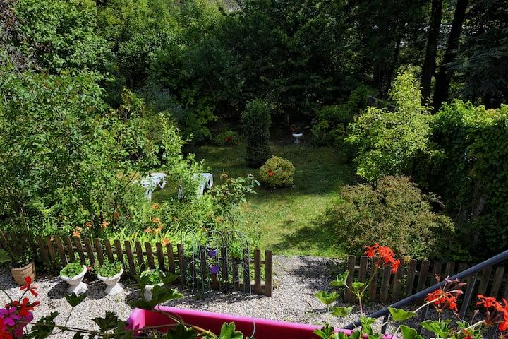 L'escale Arquaise,  la maison au jardin fleuri