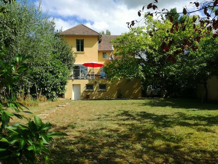 Maison avec jardin, 3 chambres, centre Mâcon.