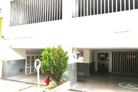 La entrada al edificio no tiene escalones cuenta directamente con ingreso desde el vehículo o a pie .